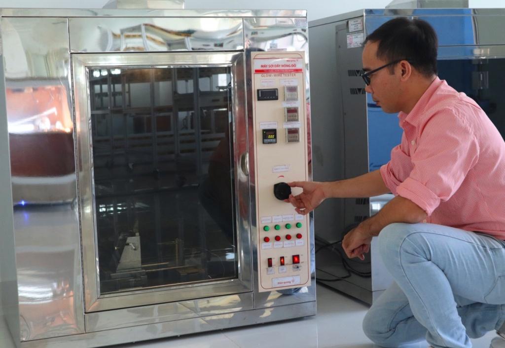 Điện Quang ứng dụng nhựa chống cháy trong sản xuất thiết bị điện