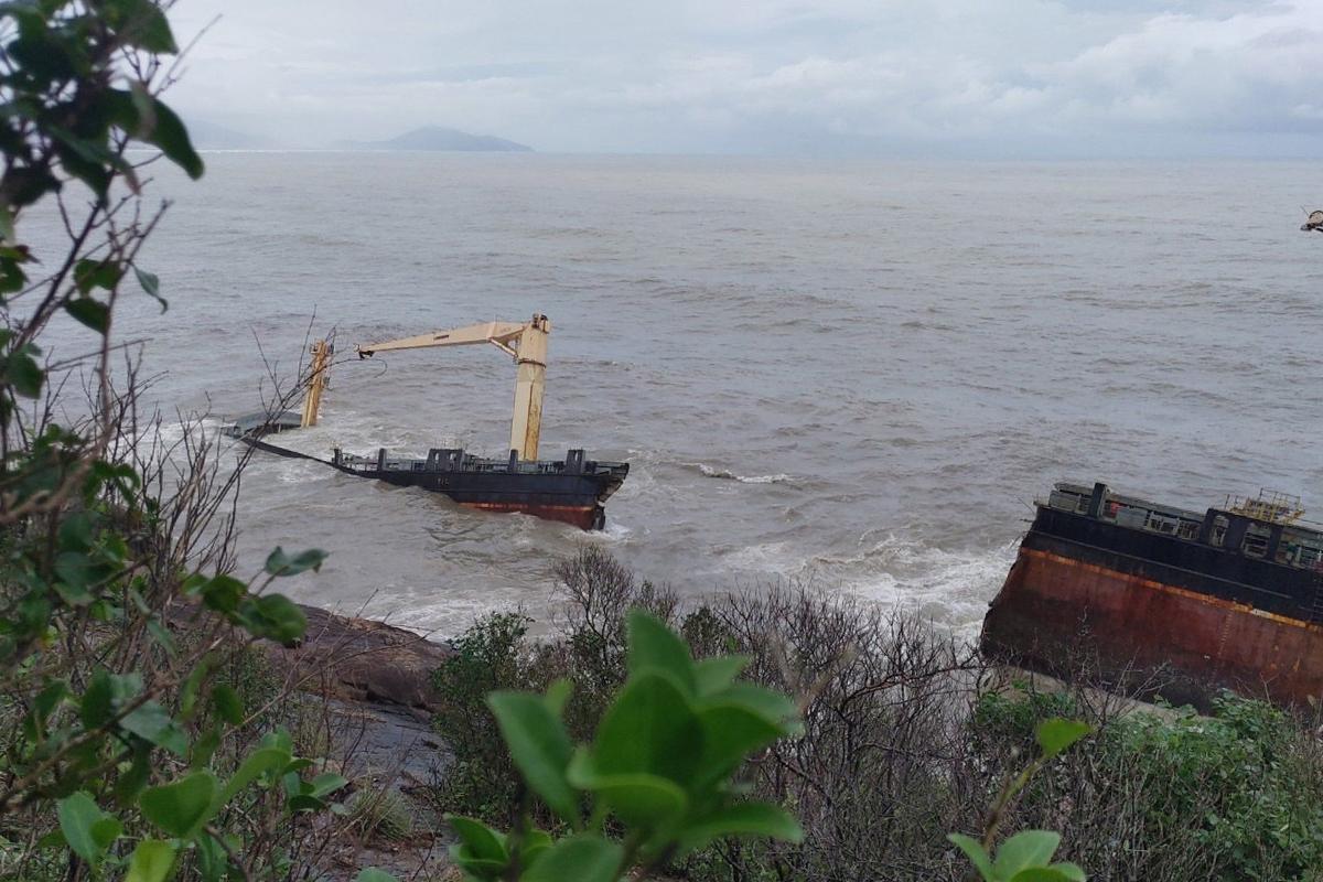 Tàu chứa hàng trăm tấn dầu gãy đôi trên biển Lăng Cô