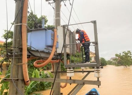 Ngành điện Quảng Bình: Khẩn trương khôi phục cấp điện sau mưa lũ
