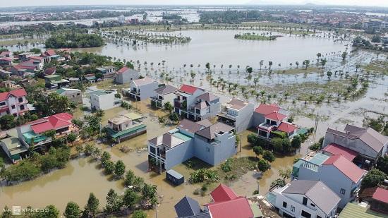 Thông tin về tình hình chỉ đạo điều hành ứng phó, khắc phục thiệt hại do mưa, lũ, tại khu vực miền Trung và ứng phó vỡi bão số 8