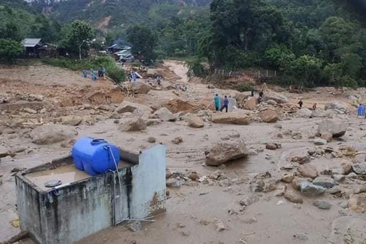 Thêm một vụ lở đất ở Quảng Nam, 11 người bị vùi lấp