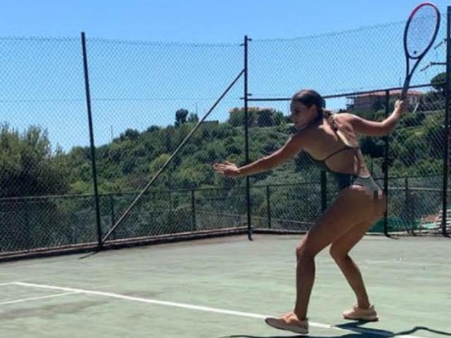 """Người đẹp mặc bikini mỏng manh chơi tennis, """"khiêu khích"""" vạn fan"""