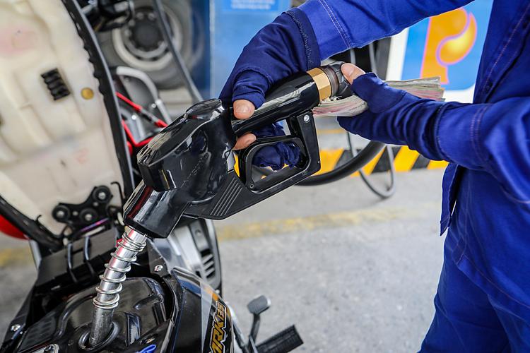 Từ 15h00 ngày 10/2/2021, giữ ổn định giá bán các mặt hàng xăng dầu tiêu dùng phổ biến trên thị trường