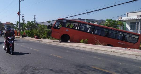 Xe đưa rước công nhân tông gãy trụ điện, 1 người chết, 1 người bị thương