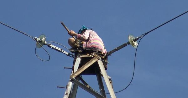 Mất 4 tiếng giải cứu cô gái ngồi trên ngọn cột điện cao thế cao khoảng 100m