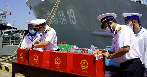 Hai tàu Trường Sa chở phiếu bầu cử đại biểu Quốc hội đến với các chiến sĩ nhà giàn DK1