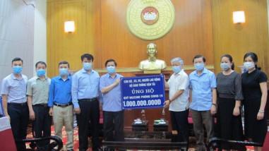 Bộ trưởng Nguyễn Văn Thể trao 1 tỷ đồng ủng hộ Quỹ Vaccine phòng Covid-19