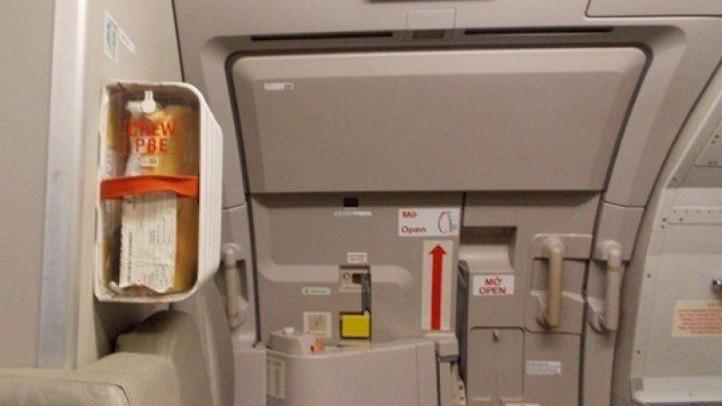 Khách bị cấm bay vì mở cửa làm bung phao, hút thuốc trong nhà vệ sinh