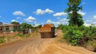 Phạt một doanh nghiệp khai thác đất trái phép làm nền đường gần 150 triệu