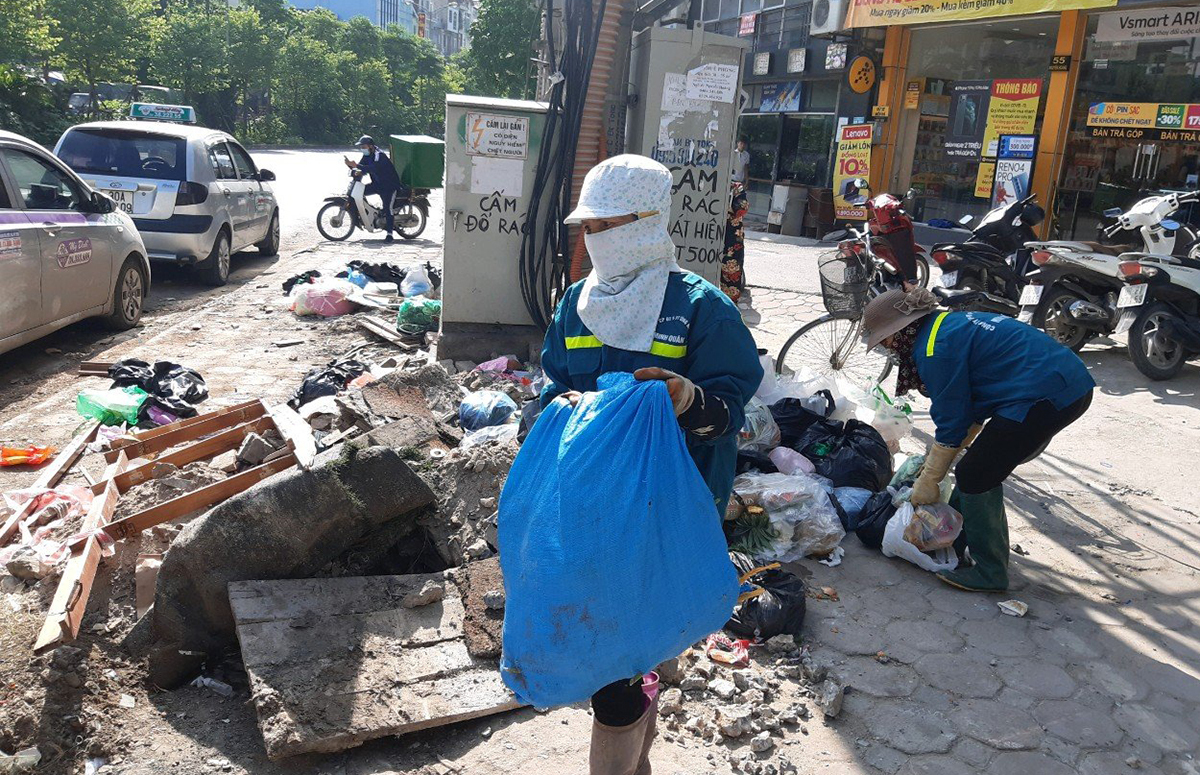 Hơn 200 công nhân thu gom rác bị nợ lương