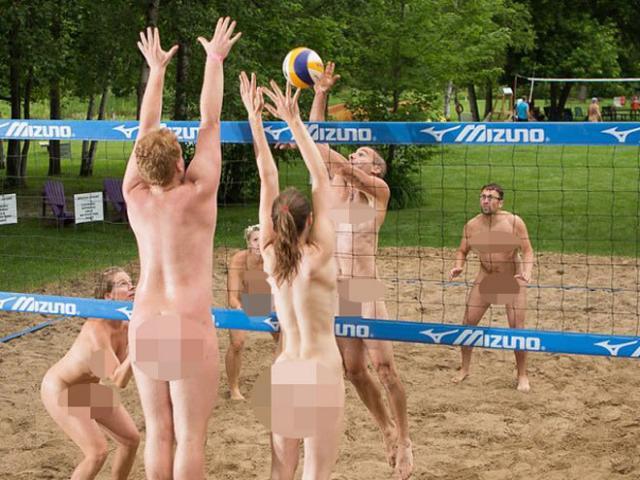 Đỏ mặt giải bóng chuyền khỏa thân ở Canada: Nam nữ so tài quyết liệt