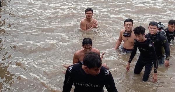 Chìm sà lan ở Cần Giờ, cứu được 4 người, 1 người còn mất tích