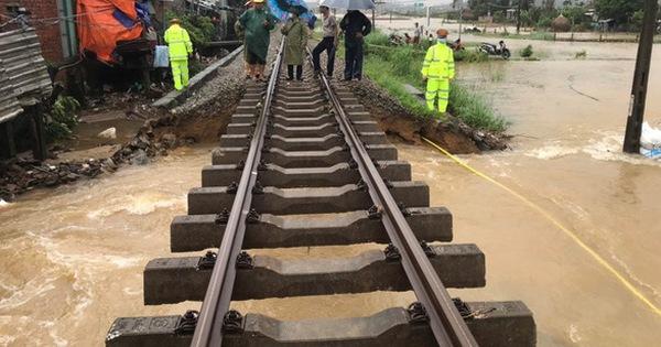 Đường sắt Bắc - Nam đã thông sau khi khắc phục đoạn bị treo ray vì lũ